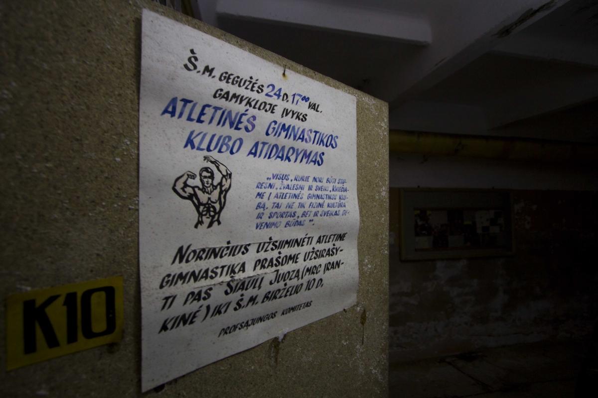 Plakatas ant durų