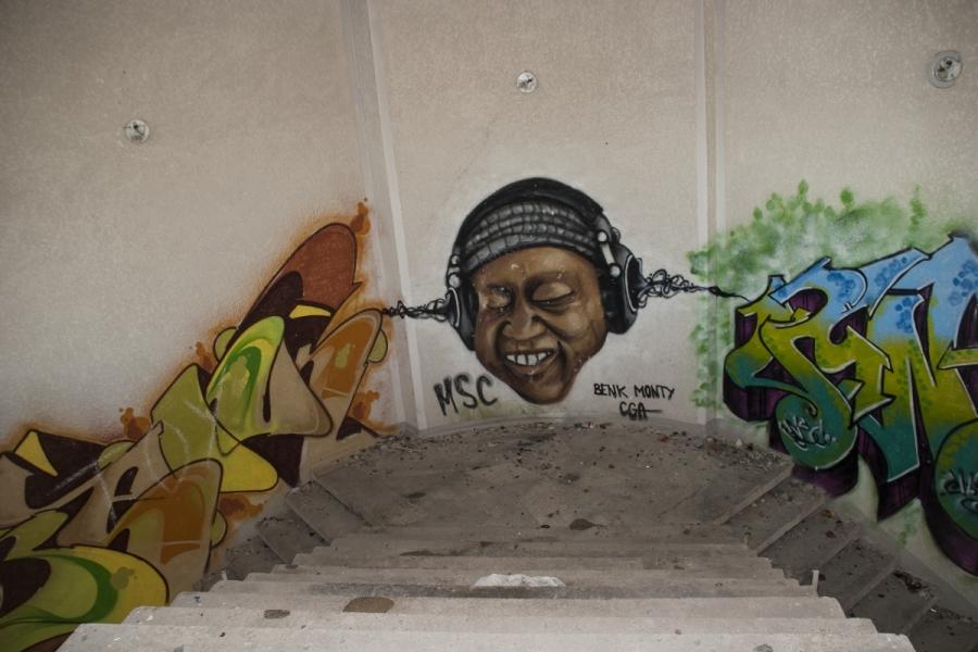 Graffiti prie centrinių laiptų