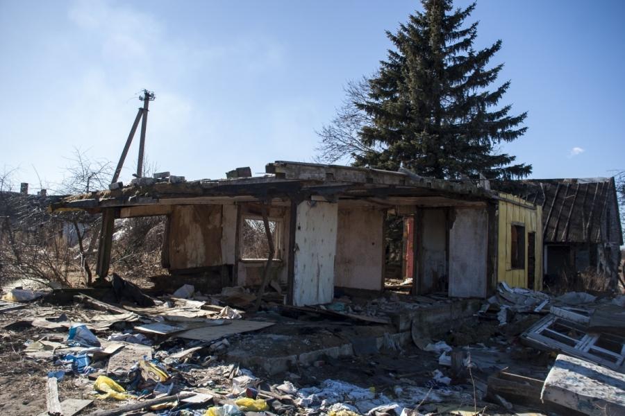Smarkiai apgriuvęs namas