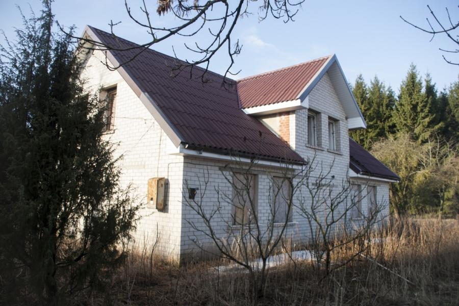 Baltų plytų namas