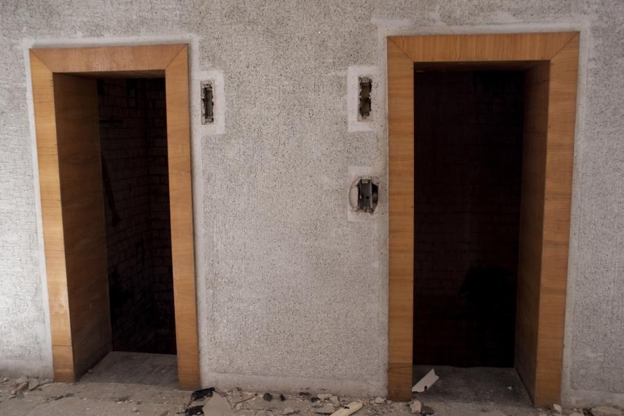 Liftai. Durys jau pavogtos