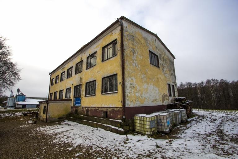 Vaitakiemio apleista mokykla